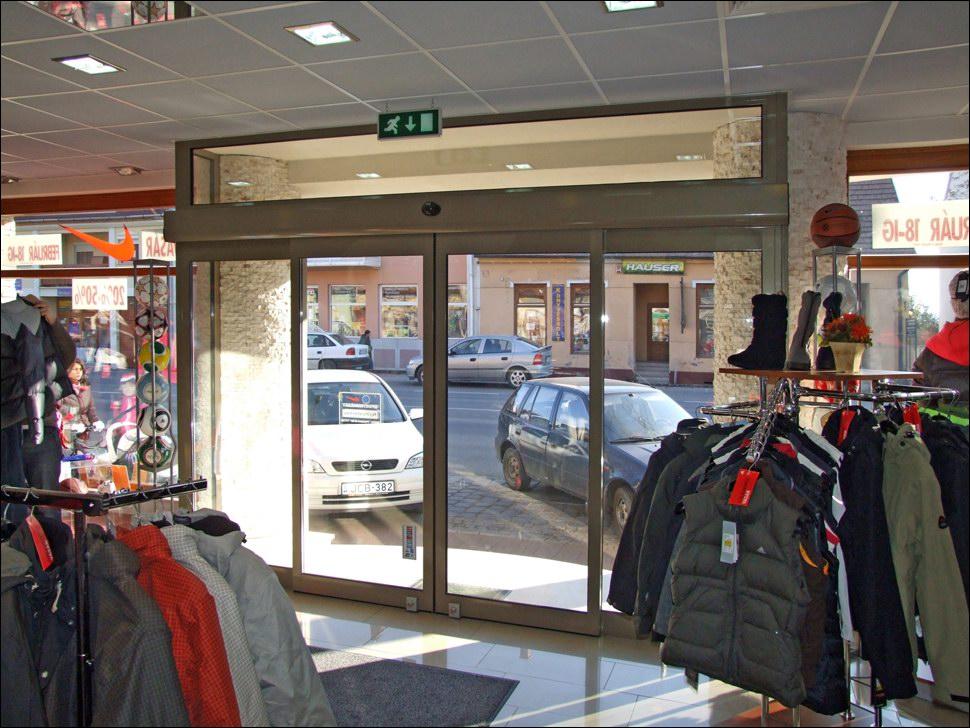 Komplett üvegportál és automata ajtó hőszigetelt üvegezéssel, egyedi festéssel, Aszódon, a Kossuth L. utca 28 szám alatt