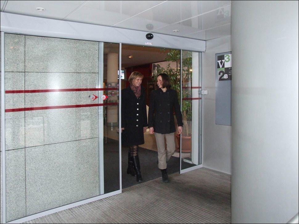 Egyszárnyú toló automata ajtó a Francia Intézetben