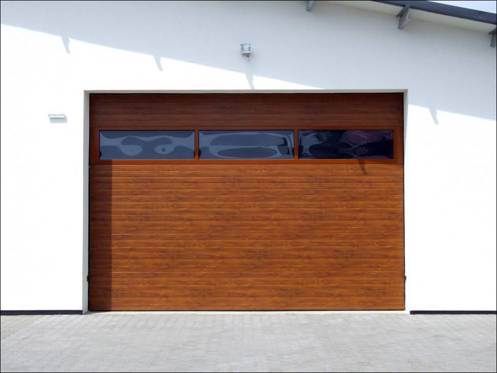 Fadekor aranytölgy kivitelű szekcioált ipari kapu panoráma ablakkal