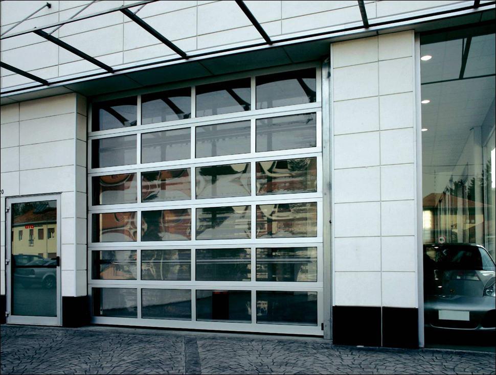 Szekcionált ipari kapu FULL VISION panoráma ablakokkal