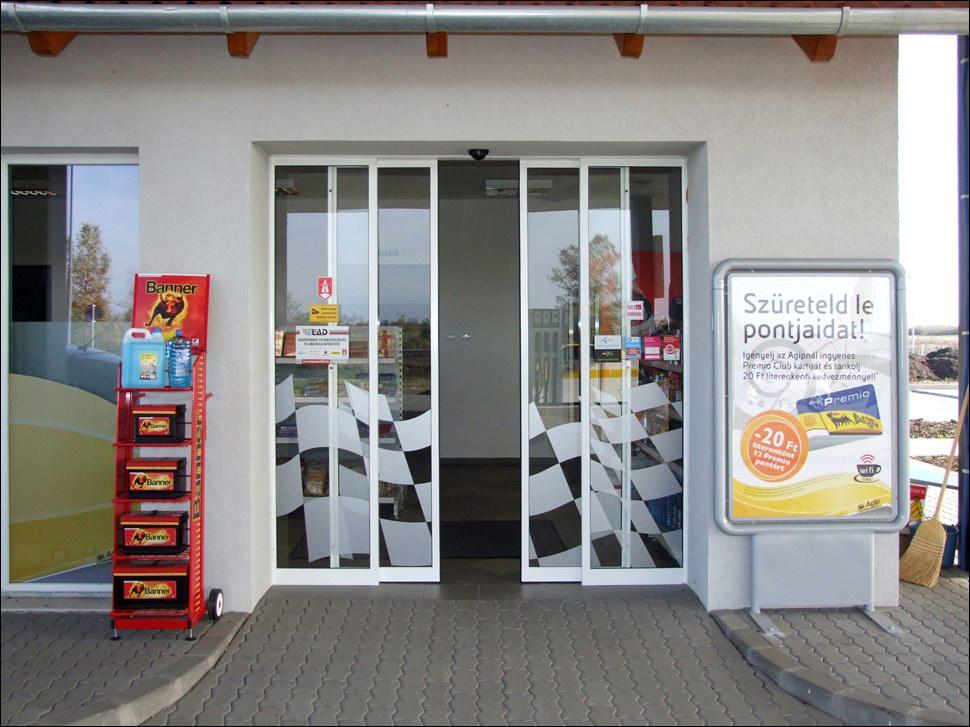 Toló automata ajtó dekorált üvegezéssel egy AGIP benzinkútnál, Dunaharaszti közelében